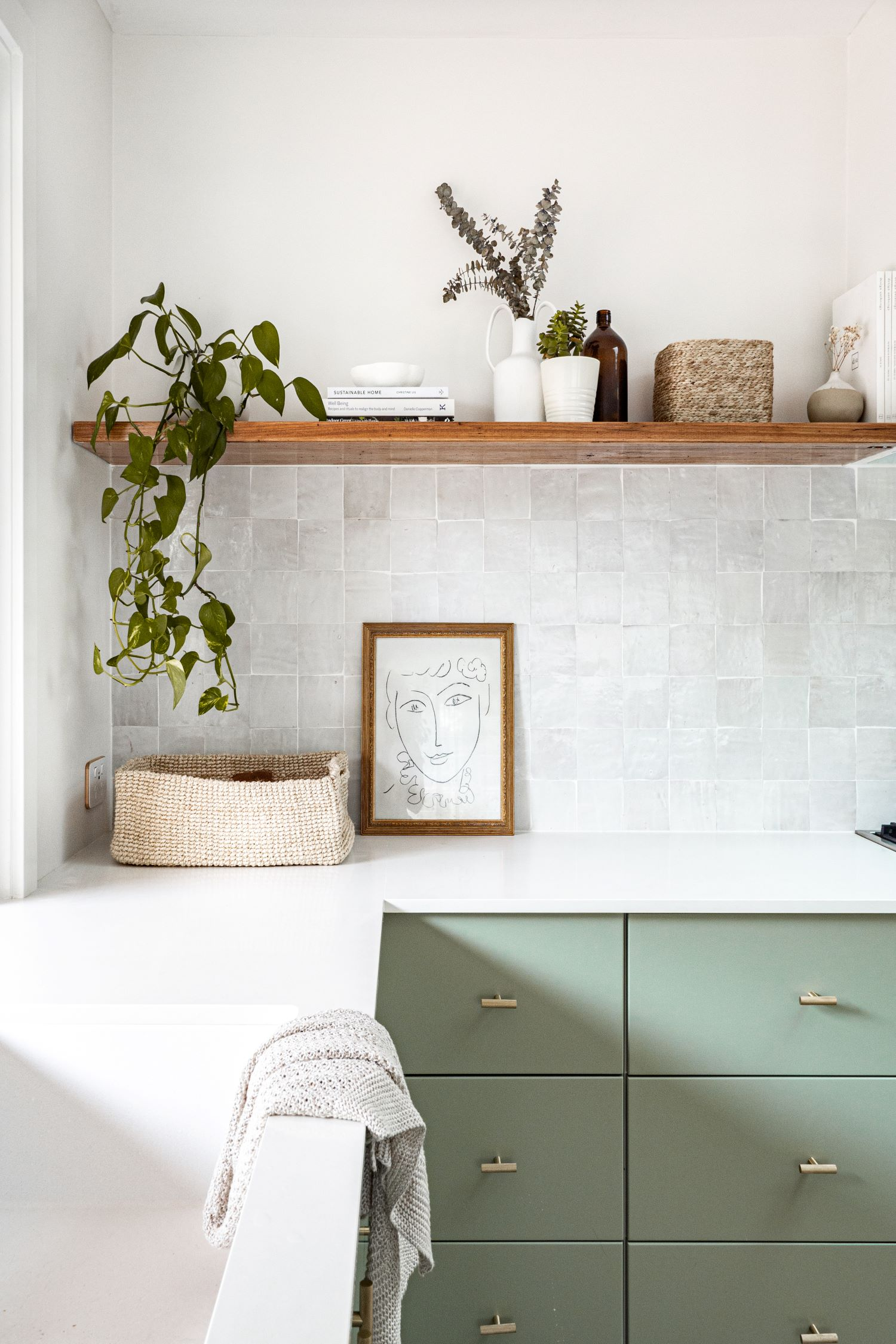berkeley-vale-cottage-ama-studio-interiors-renovation-kitchen-open-shelves